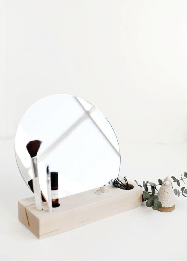 Une coiffeuse toute simple - 3 DIY minimalistes autour du bois clair pour un intérieur organisé et trendy sur @decocrush - www.decocrush.fr