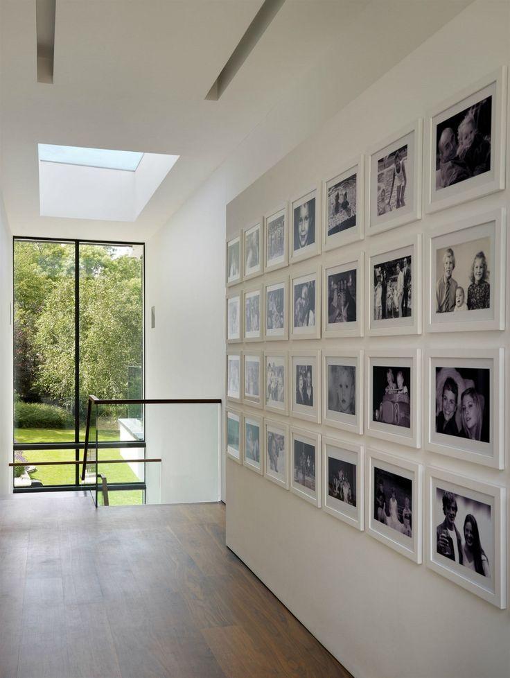 Spojovací chodba mezi starým domem a novou přístavbou je zaplněna černobílými rodinnými fotografiemi.