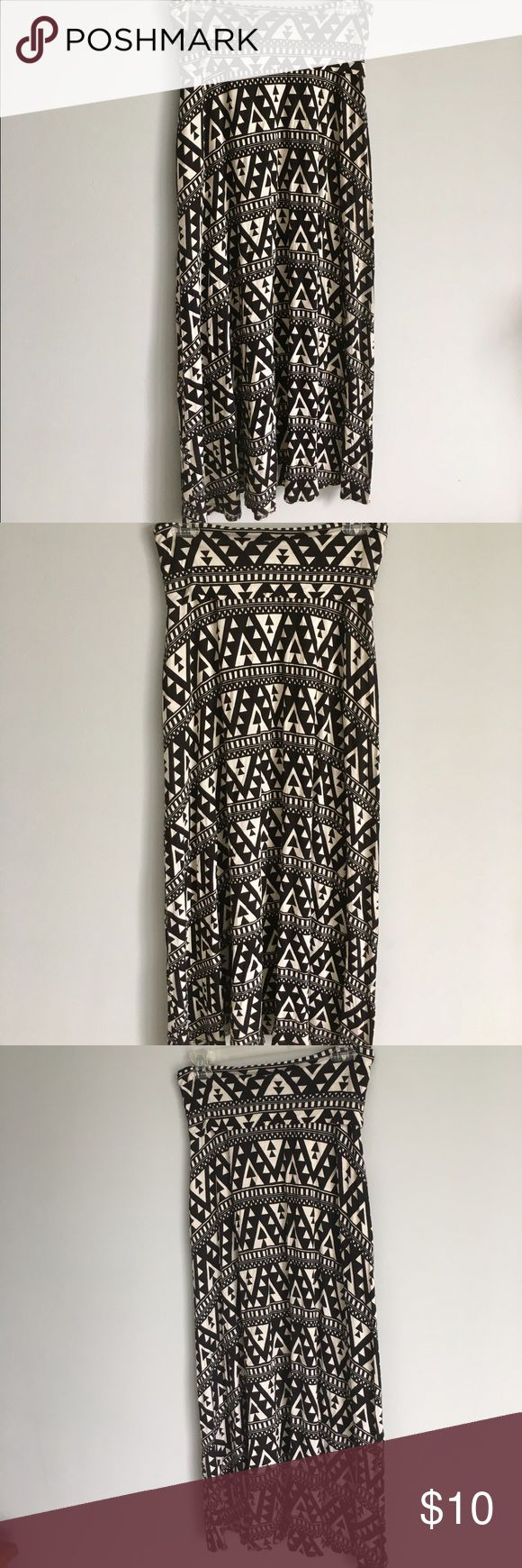 PRICE ⬇️Boutique Black and White Tribal Maxi Skirt Gently worn black and white Tribal Print Maxi Skirt. Super cute and comfortable! Entourage Skirts Maxi