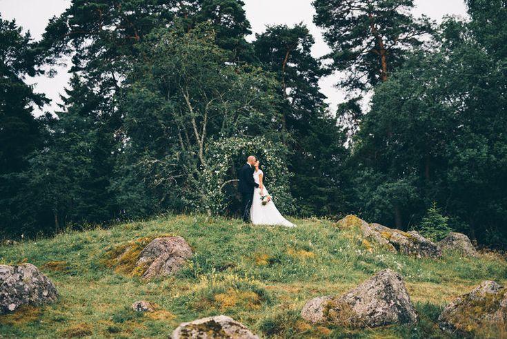 Sisters in Law - idag får vi ta del av Jonas och Sofies avslappnade bröllop med bohemiska  inslag i lantlig miljö. Deras bröllop känns som en typisk svensk  sommardröm. En lantlig miljö med björkris och vimplar och det klassiska  svenska sommarregnet.