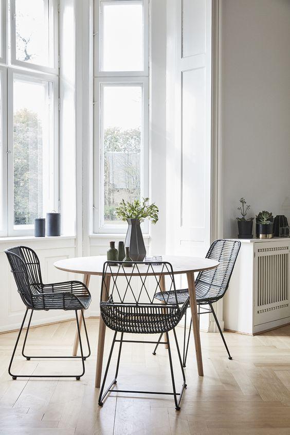 O masa moderna si eleganta este completata armonios de niste scaune  gri.