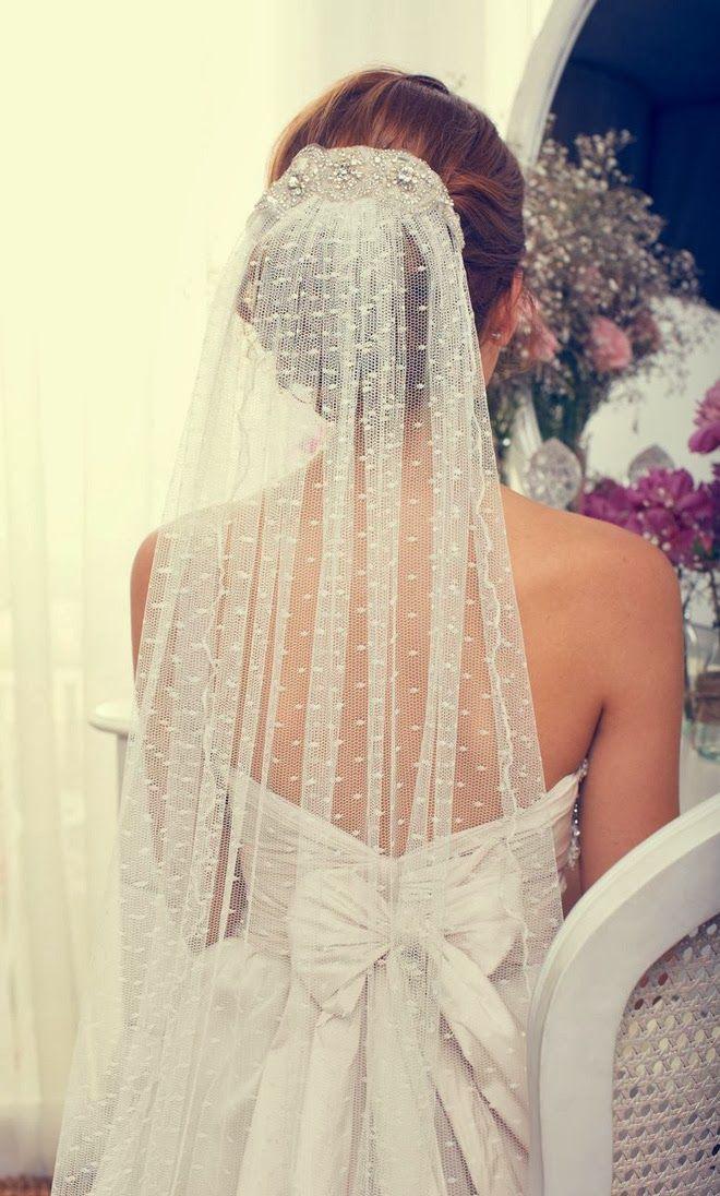 Véu de noiva em renda francesa com bolinhas para usar sobre o coque, da estilista Anna Campbell.