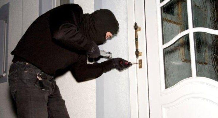 http://www.reportcampania.it/news/tentano-di-scassinare-cassaforte-da-un-appartamento-arrestati-due-ladri-di-pianura-e-fuorigrotta/