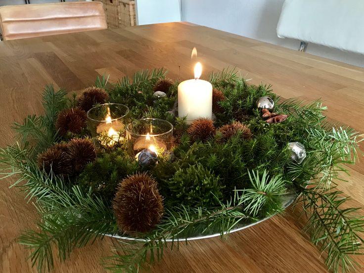 Schnelle herbstliche Tischdekoration mit gesammelten Sachen bei einem Waldspaziergang, Kerze rein, drei kleine Christbaumkugeln, fertig 🌲