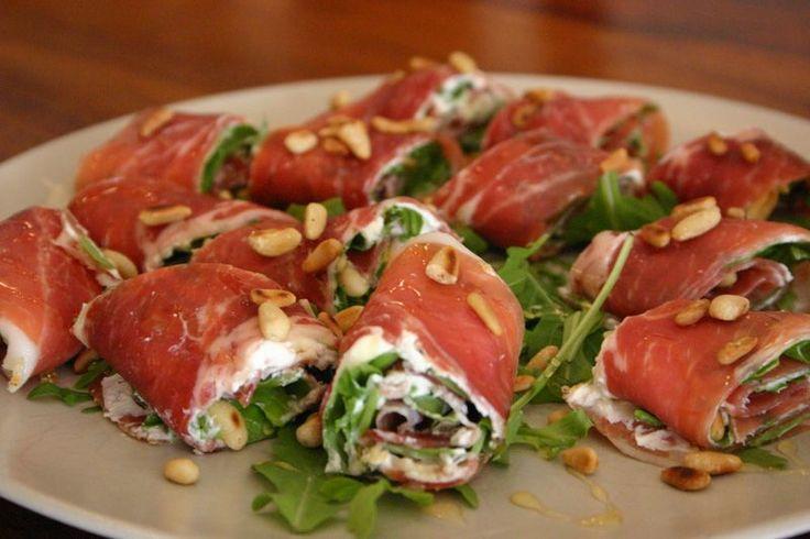 Serrano of Parma ham, monchou of kruidenkaas, rucola en geroosterde pijnboompitjes en smullen maar!