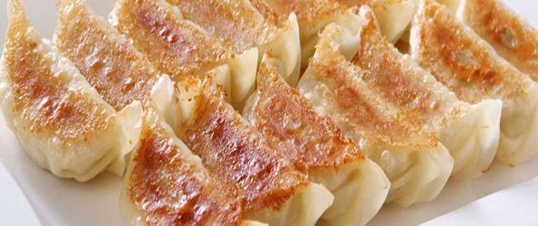 I gyoza sono un piatto originario della cucina cinese che, proprio come il ramen, è entrato a far parte della cucina giapponese conquistando tantissimi palati. La ricetta non è molto complicata, si tratta di ravioloni ripieni di carne e verdure.