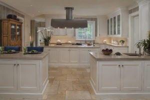 Diese moderne Küche hat zwei separate Inseln bietet Eingang in die Küche kommen aus einem anderen Bereich des Hauses.