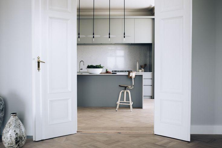 Stort og åpent kjøkken med kjøkkenøy