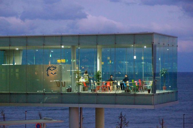日本にこんな駅あったんだ!ブルネル賞受賞・JR日立駅駅舎の絶景すぎる天空カフェ | SELECTY