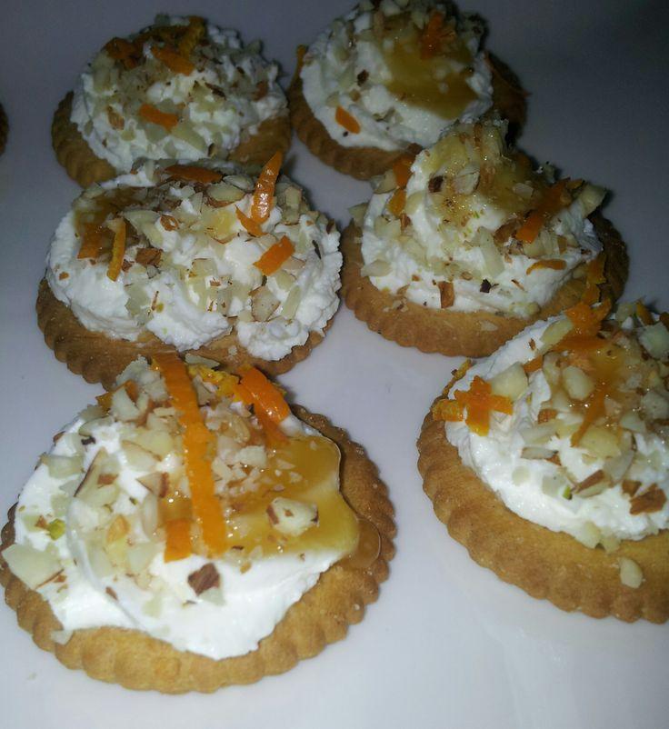 Biscotto salato con ciuffo di ricotta aromatizzata al miele, mandorle tostate e zeste di arancia...un aperitivo molto chic