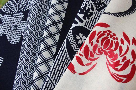 Mix und Value Pack japanische Vintage Sommer Kimono-Stoff. (Sehr guter Zustand) Die meisten von ihnen sind von Schraube schneiden. Nie benutzt worden. Bitte haben Sie Verständnis, diese Kimono sind Oldtimer. In diesem Pack gibt es 5 Stück. 1 X Marine mit Shibori-Blumenmuster 71 cm x 36 cm / 28 Zoll x 14 Zoll 1 x Indigo Bishamon geometrisches Muster 61 cm x 34,5 cm / 24 Zoll x 13,5 Zoll 1 X Marine Streifen in der Mitte, Tachibana Blume, geometrische Muster (paar kleiner braun...