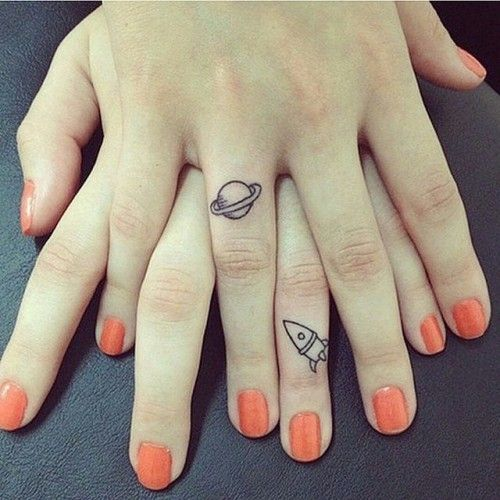 tatuaggio per amiche con navicella e pianeta