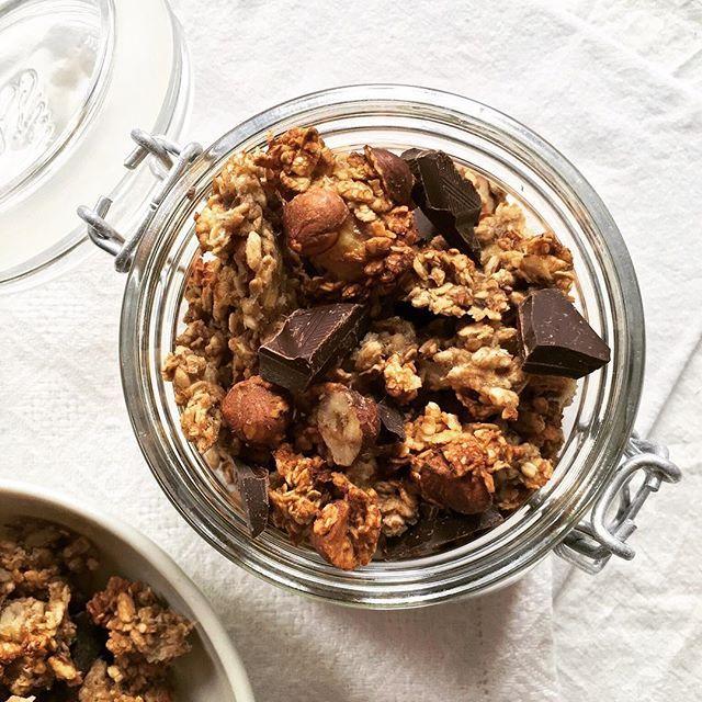 Un granola avec de gros chunks croustillants de flocons d'avoine & de riz soufflé, des éclats de noisettes grillées & de grosses pépites de chocolat. Sans sucre& sans matière grasse - réalisé avec des bananes écrasées & des blancs d'oeuf. Recette sur bowl-and-spoon.com Ps : n'oubliez pas de taguer #bowlandspoonblog sur vos réalisations ✨