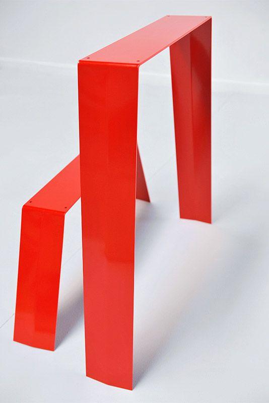 Pied de table et table basse en metal brut ou peint. Peinture couleur rouge, orange, gris et balnc pour ce pied en forme de treteau à monter soit même DIY