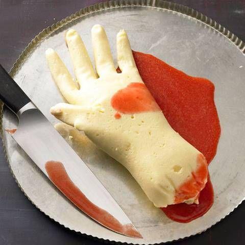 Grießpudding-Hand mit Erdbeersoße