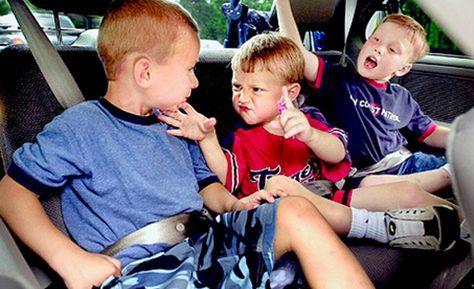 Niños en aviones, coches y salas de espera
