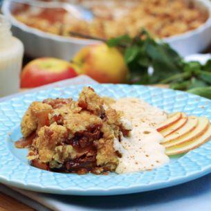 Recept på enkel äppelpaj med äpple, kanel, socker och havregryn. Godast är den som smulpaj tillsammans med vaniljsås eller grädde. Äppelsmulpaj är så gott.