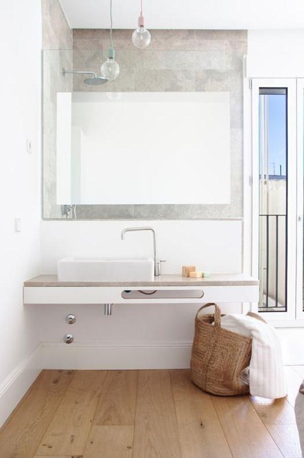 bagno stile nordico La luce in bagno non è mai troppa, soprattutto se il bagno è piccolo ed i troppi arredi rischiano di rendere l'ambiente soffocante. Come rimediare? Sostituendo in tutto o in parte le pareti divisorie con pannelli in vetro. Se la doccia è in una nicchia come in questa foto, ad esempio, puoi demolire solo in parte il muro che la separa dal lavabo ed installare nella parte alta della stessa un cristallo trasparente o acidato, magari con specchio incorporato. Decisamente…