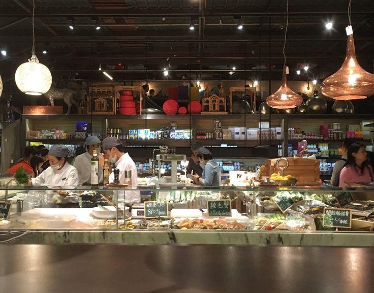 台湾の台所、濱江市場内にある「上引水産」。台北の高級和食・三井餐飲グループが手がける、鮮魚の販売と飲食を楽しめる複合施設です。新鮮なシーフードをリーズナブルに楽しめると、たくさんの台湾人でにぎわう人気施設です。 [caption id=