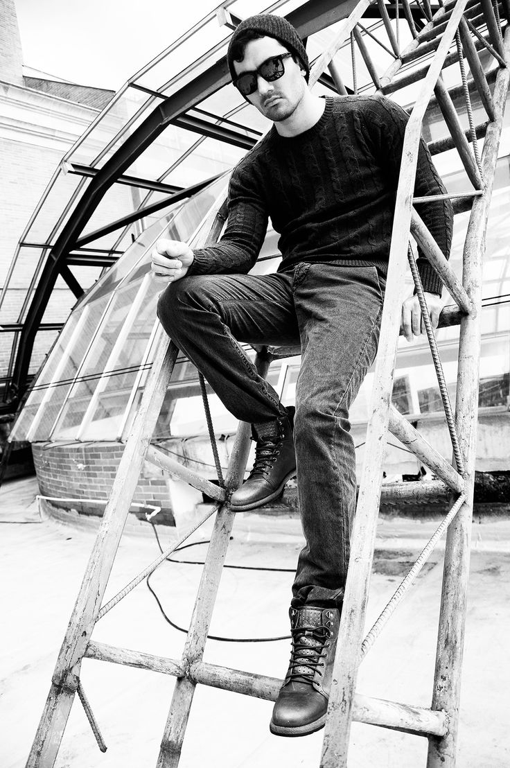 Combinar texturas y materiales enriquece tu vestuario y detiene las miradas. Botines de #Bossi jean y buso de tejido en 8 de @Color Siete  Lentes  #Oakley de Multiopticas  #RevistaLaQuinta edición septiembre 2013 http://issuu.com/virtualquinta/docs/la_quinta_25_2  Fotógrafo: Andrés Espinosa - Modelo: Oscar Fernándo Gómez.