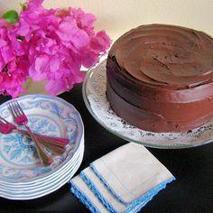 Torta de chocolate Ingredientes para 12-14 porciones ¾ de taza de mantequilla sin sal 1 2/3 de taza de azúcar 3 huevos 1 1/3 tazas de leche 2 tazas de harina de trigo todo uso 1 taza de chocolate en polvo dulce (usé Ghirardelli) ½ cucharadita de polvo de hornear 1 cucharadita de bicarbonato de soda  Ten todos los ingredientes a temperatura ambiente. Precalienta el horno a 350°F. Engrasa y enharina dos moldes. En un tazón mezcla todos los ingredientes secos: harina, chocolate, polvo de…