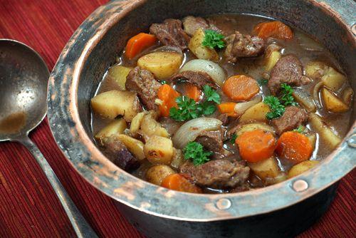 Irish stew je tradiční irský pokrm, který si zakládá především na kvalitě surovin. A kdy jindy si ho doma připravit, než na den svatého Patrika!