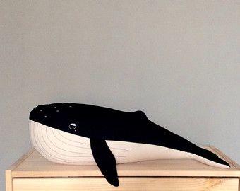 Cette baleine est tellement jeune ! Il a extrêmement besoin de vous. Il est 14 de long. Chaque jouet est fait par moi et a de la broderie à la main. Convient pour les bébés. Fait à la main. Conçu avec amour.   Sil vous plaît être sûr que vous obtiendrez un produit de bonne qualité, mais il pourrait avoir une petite différences entre ce que vous pouvez voir sur les photos.