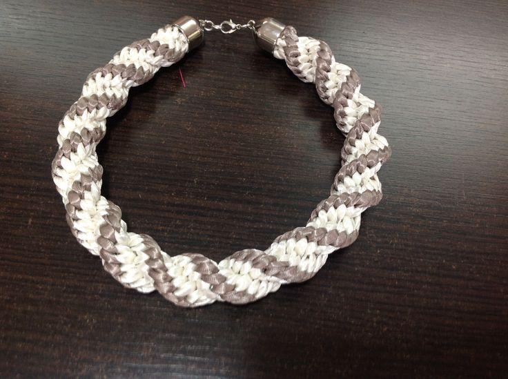 Collar elaborado en tecnica kumihimo y con cintas colombianas