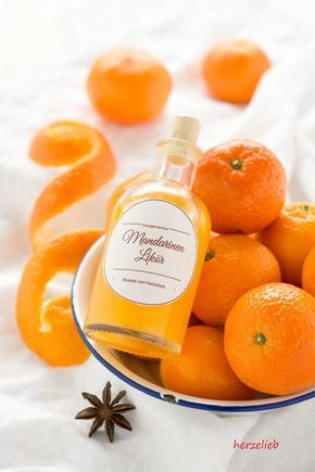 Selbstgemachter Mandarinenlikör - ein Geschenk aus der Küche! Ohne großen Aufwand selbstgemacht und unheimlich lecker. Rezept und Etiketten.