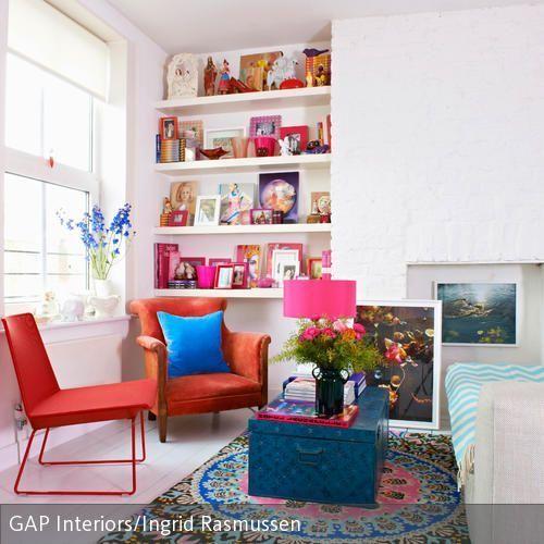 Wohnzimmer mit bunt dekorierter sitzecke wohnzimmer for Wohnung einfach dekorieren