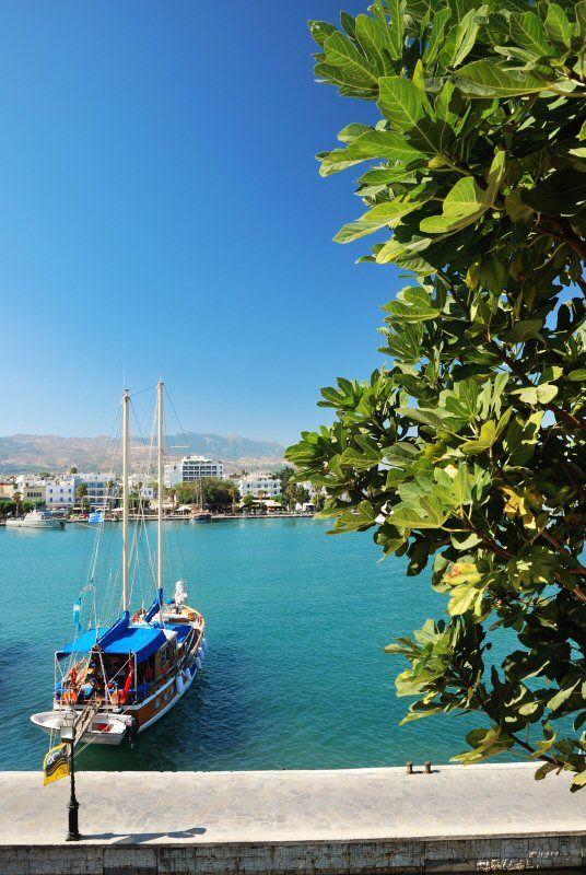 Det turkosblå havet är alltid lika lockande här i den grekiska övärlden. I hamnen i Kos stad kan man se allehanda båtar och skepp medan man tar en promenad eller sitter och tar det lugnt på ett café. | http://halsoresor.se/ #hälsa #hälsoresor #Strandgårdens_Hälsoresor #Kos