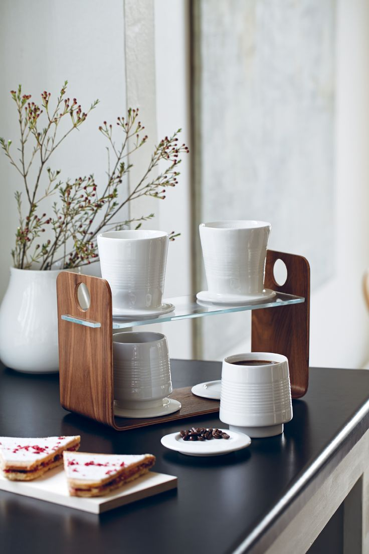 Kähler's porcelain Baristo cups are available in three different colours that will enhance any kitchen. Both a cup and a saucer are included.