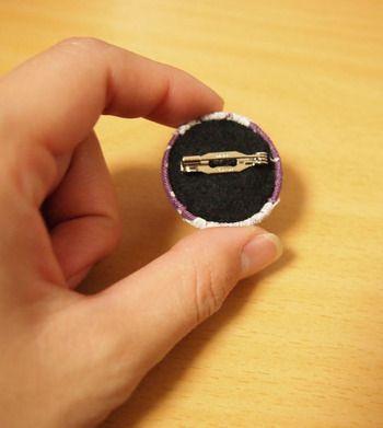 【ブローチピンの付け方1】この写真のブローチは、フェルトにブローチピンを付けてから、それをくるみボタンの裏側に貼っています。(くるみボタンの足は、ヘアピンと同様にペンチを使って取り除く)