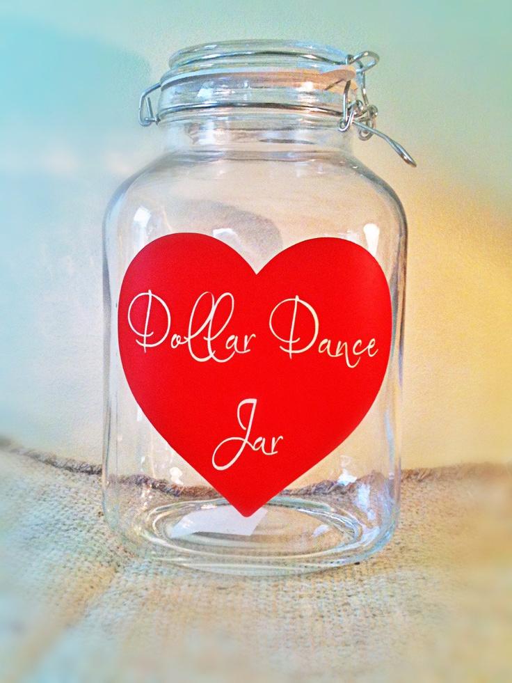 Dollar dances zijn op Mexicaanse bruiloften heel gebruikelijk. De gasten betalen een dollar per dans met bruid/bruidegom. Het geld gaat in een glazen pot en van het totaal bedrag gaat het bruidspaar uiteindelijk op huwelijksreis - inspiratie #TrouwPartners