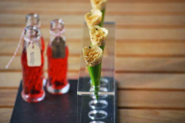 Vamos con un aperitivo veraniego, el clásico vermut que triunfa en verano: el Camparicon naranja acompañado de unos berberechos y unas cortezas; si bien en este caso lo he preparado de un modo distin