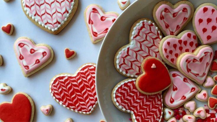 En ésta ocasión Dulcia nos enseña cómo decorar galletas en forma de corazón con glasa real para cualquier ocasión ya sea para el día de los enamorados...