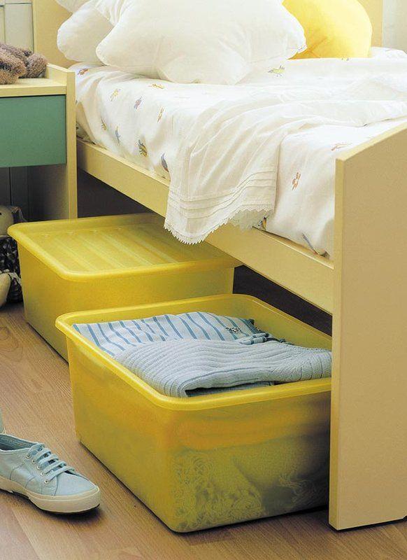 Si el armario ya está repleto de prendas, valora el espacio que queda debajo de la cama: es ideal para guardar ropa en cajas.