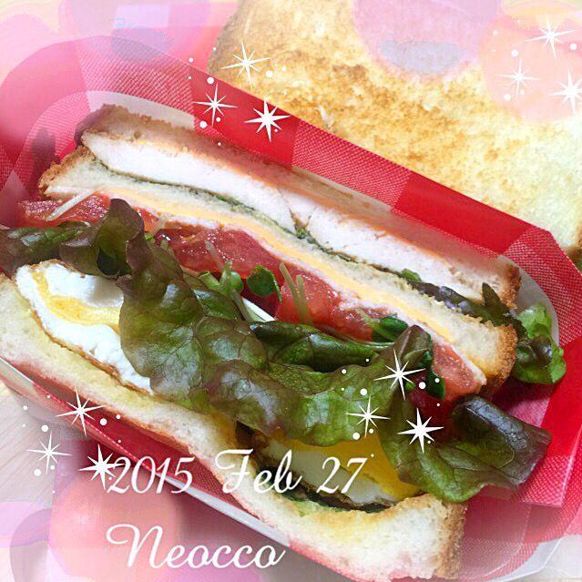 おはようございます  今日はサンドイッチで朝楽しました ((´๑•ω•๑))。ο♡。ο♡ ボリュームありすぎて、どうしようか、思案中… 半熟卵焼き失敗…  クラブハウスサンド  鶏胸肉のスパイス焼き 目玉焼き トマト 貝割れ チェダーチーズ カリカリベーコン サニーレタス  マスタードバター&サンドイッチソース (マヨ、ソース、ケチャップ、カラシ、胡椒、ドライハーブを混ぜたもの) - 46件のもぐもぐ - お弁当2015/FEB/27 by neocco