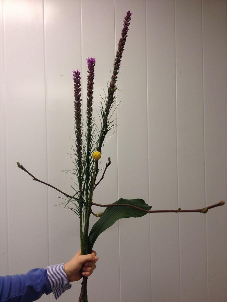 jeg  lagde en fornell bukett med Liatris,craspedia, crusprdia, urabicum, mangnolia, gress strå, morstera
