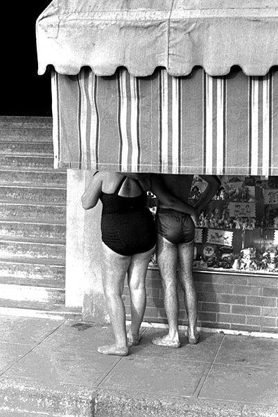 Jürgen Schadeberg. WINDOW SHOPPERS STRAIGHT FROM THE BEACH, DURBAN 1959. Silver print, 40 x 50cm.