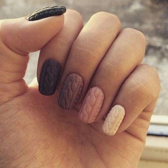 Un cosy nail avec un dégradé de couleur pour s'amuser sur ses ongles. #cosy #nail #cozy #nailart #inspiration #hiver #winter #pullover #manucure #vernis #monvanityideal