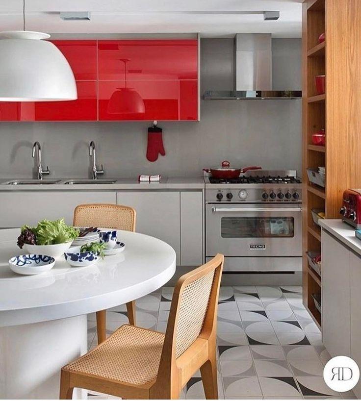Adoro um toque de cor na cozinha {} Nessa cozinha os armários superiores em vidro vermelho destacaram bem levando ousadia ao ambiente { Projeto Roberta Devisate }