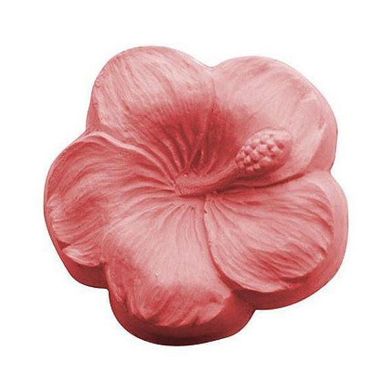 Molde para jabones con forma de flor de hibisco. La flor de hibisco es una flor de origen tropical y muy espectacular debido a su colorido y grandes dimensiones. Con éste molde puedes hacer 3 pastillas de jabón con forma de flor de hibisco. - Cavidades: 3 - Capacidad: 112 gramos. - Dimensiones: 7,6 x 3,50 cm. Moldes muy resistentes fabricados en plástico transparente. Aguantan temperaturas de hasta 60 º C sin deformarse. No limpiar en lavaplatos, utiliza solo jabón, agua caliente y una es...