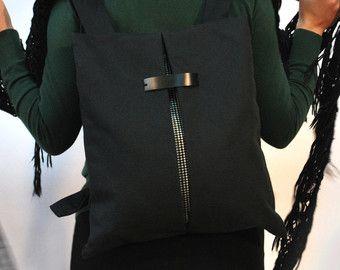 «EL SECRETO waterpoof negro | algodón marrón» es una mochila ligera / bolso de mensajero, geométricamente corte, diseñado como mínimo. Como una bolsa de práctica, cada día, puede ser usado ya sea en un hombro dejando la uno correa gratis o como una bolsa de mensajero. Adecuado y seguro para los documentos, libros, iphone, botella de agua, cosméticos y más! Cómodo, funcional y elegante al mismo tiempo! Disponible en tres tamaños!  >> Especificaciones Características: * Ajustables correas de…