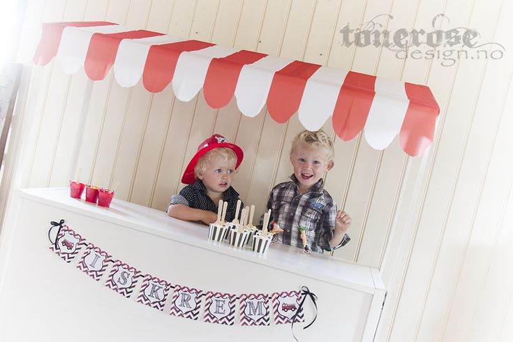 """Iskrembod til barnebursdag! =) laget av en gammel bokhylle som er lagt, deretter snekret sammen en helt enkel ramme og stiftet fast """"markise"""" til slutt. Bruk feks voksduk til dette! =) Gjort på en kveld sammen med barna =) Brannmann bursdag"""