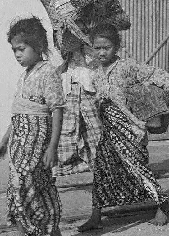Javaanse kolonisten op weg naar een landbouwkolonie nabij Metro in de Lampoengsche Districten arriveren met het stoomschip Van Riebeeck van de Koninklijke Paketvaart Maatschappij te Oosthaven bij Teloekbetoeng. 1940