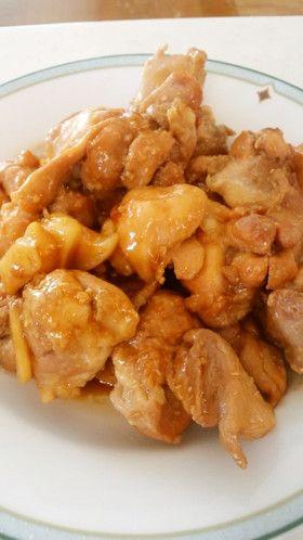 鶏のすっぱ煮∞アドボ風    鶏ももがお酢パワーでさらに軟らかく☆ 手羽先 手羽元でも美味しいですよ(*^o^*) 調味料 覚えやすいですよ♪ かめださ~ん   材料 (3人分くらい(お弁当4人分)) 鶏もも肉(皮なし) 2枚 にんにく 2片 ■ 調味料 みりん 大さじ3 醤油 大さじ3 酢 大さじ3  作り方 1 鶏ももは皮は剥いでおきます。 皮はストックしておくと色々使えて便利ですよ♪ こちらもどうぞ レシピID:2198166 2 皮を剥いだ鶏ももは一口大にカット。にんにくも大きめにスライスします☆ 3 フライパンには油を引かずに鶏もも肉投入☆ 上からにんにくを散らし、●調味料をドンドン入れていきます☆ 4 蓋をして火をつけて(中火)、フツフツしてきたら混ぜて、鶏に火を通す☆ 5 中まで火を通すと、鶏もも肉も少し縮みます☆ 蓋をあけて、水分を飛ばすように煮詰めていきます☆ 6 煮詰めすぎないでね☆ 照りが出てきてイイ感じになったら完成☆ コツ・ポイント 皮付きで作る場合(手羽なども)、先に鶏だけ焼き色をつけても香ばしくて良いですよ♪…