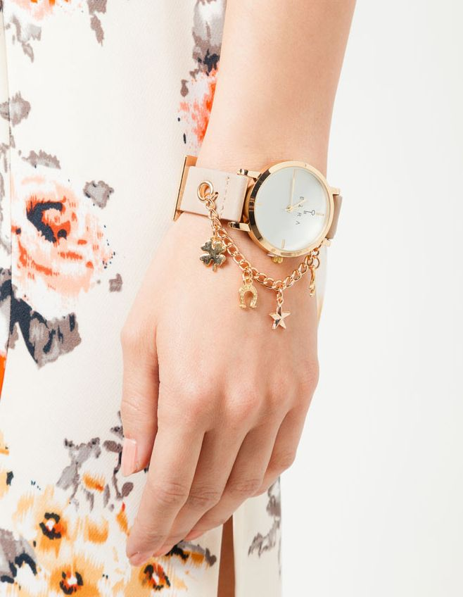 Lucky Charm Watch by EZRA. A luxurious watch with gold chain as a detail, leather strap with beige color, stainless steel case, adjustable buckle fastening. This gorgeous watch sure can go well with your outfits. http://zocko.it/LDUI4