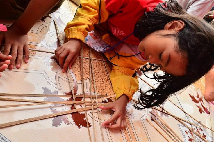 Menganyam bambu