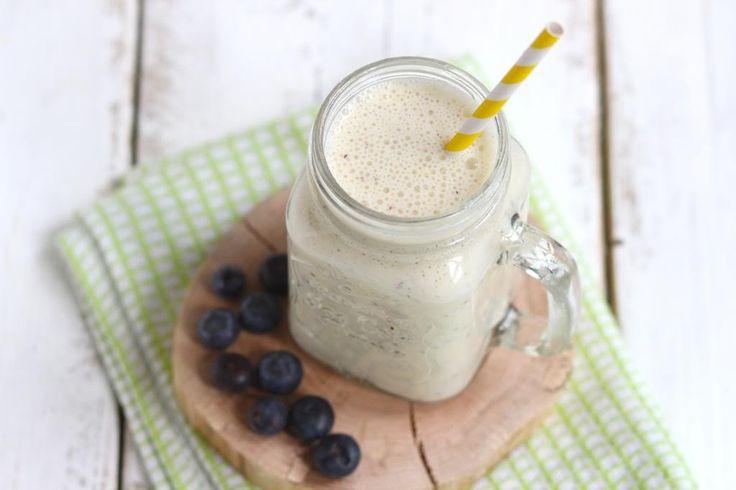 Een smoothie is lekker bij het ontbijt maar ook gewoon tussendoor. Vandaag een smoothie met banaan, sinaasappel en blauwe bessen.